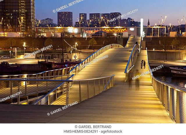 France, Paris, the Passerelle Simone de Beauvoir by the architect Dietmar Feichtinger and the Bibliotheque Nationale de France (BNF) by the architect Dominique...