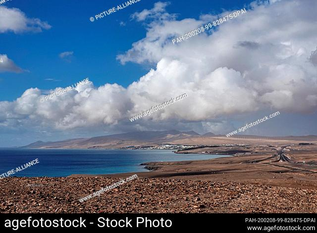 06 December 2019, Spain, Pajara: Panoramic view in south direction over the beach of the Atlantic Coast at the Costa Calma