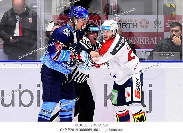 Utkani 8. kola hokejove extraligy: HC Dynamo Pardubice - Rytiri Kladno, 6. rijna 2019 v Pardubicich. Jakub Hajny z Kladna a Martin Latal z Pardubic