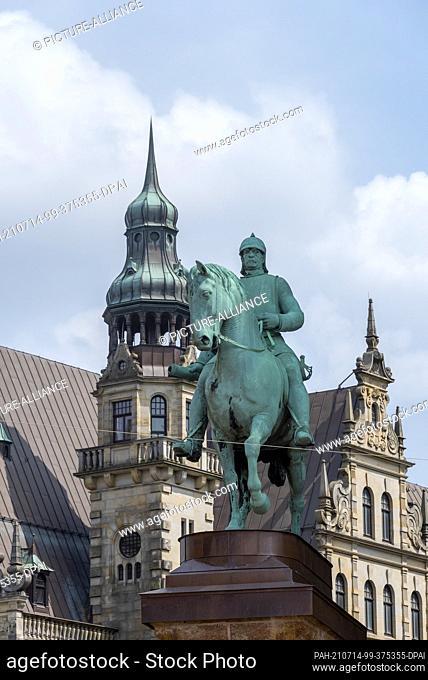10 July 2021, Bremen: View of the Bismarck equestrian statue at Bremen Cathedral. Photo: Stephan Schulz/dpa-Zentralbild/ZB. - Bremen/Bremen/Germany