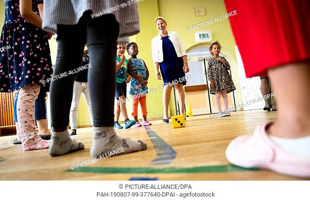 07 August 2019, Hamburg: Franziska Giffey (SPD), Federal Minister for Family Affairs, dances with children during a visit to the Kita Sonnenschein