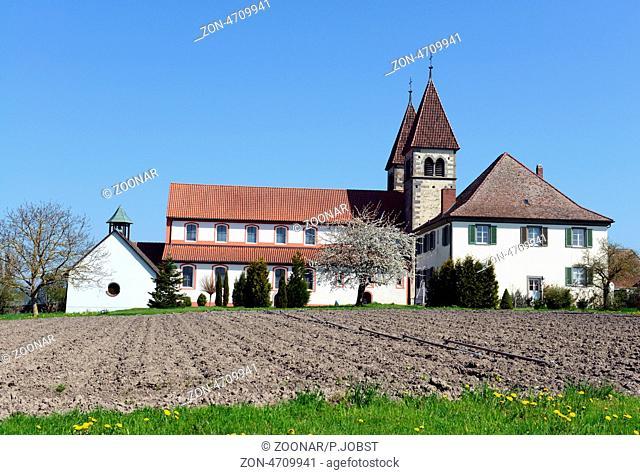 St. Peter und Paul auf der Insel Reichenau im Bodensee basiert auf der 799 von Bischof Egino von Verona errichteten Peterskirche / St