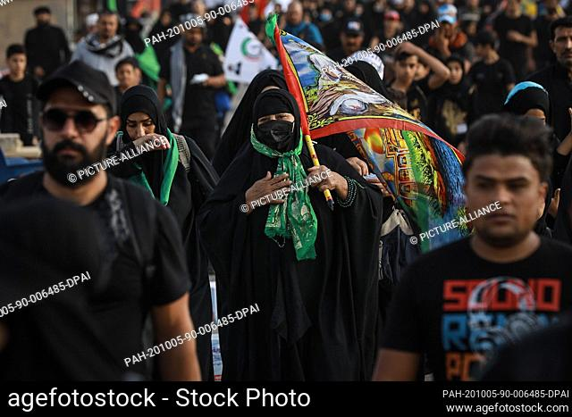 05 October 2020, Iraq, Karbala: Shia Muslims march from Baghdad to visit the Husayn Mosque in Karbala on the occasion of Arba'een, also known as Chehelom