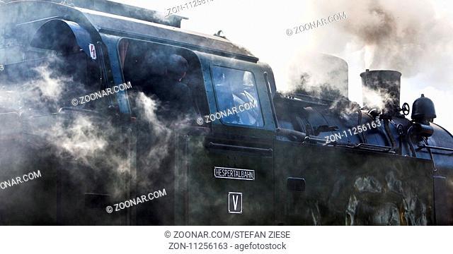Qualmende Dampflokomotive, Hespertalbahn, Essen, Ruhrgebiet, Nordrhein-Westfalen, Deutschland, Europa