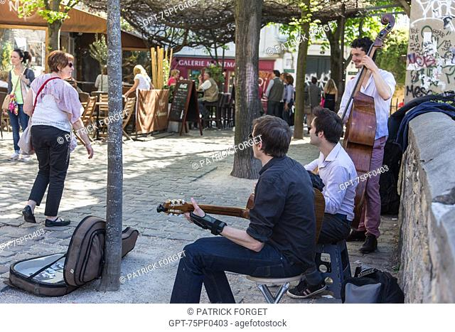 BAND OF MUSICIANS PLAYING ON RUE POULBOT, BUTTE MONTMARTRE, 18TH ARRONDISSEMENT, PARIS, FRANCE