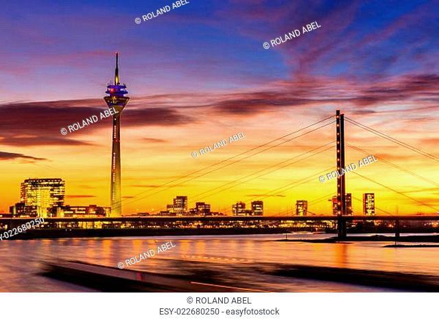 Rheinturm u. Rheinkniebrücke in Düsseldorf bei Nacht