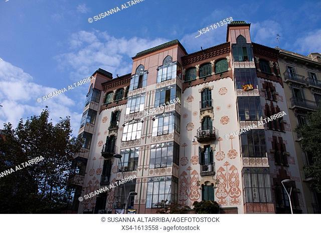 Casa Manuel Llopis Bofill, Bailen street nº 113 in Barcelona. Building in 1902 of Antonio Maria Gallissà Soqué, engravings of Josep Maria Jujol