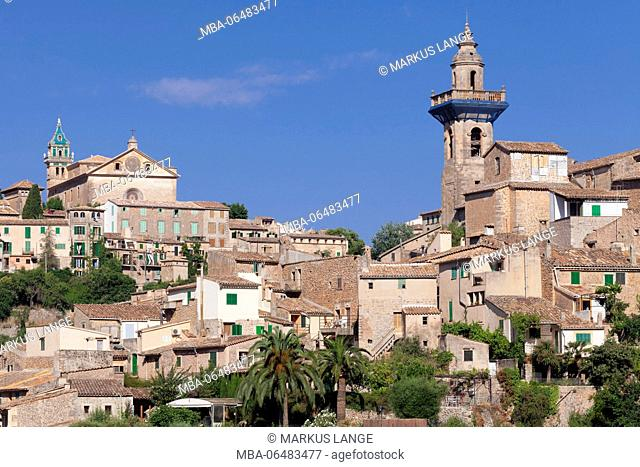 Valldemossa (Valldemosa) with chartreuse Sa Cartoixa and parish church Sant Bartomeu, Majorca, the Balearic Islands, Spain