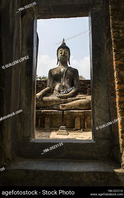 Buddha statue at the Wat Si Chum temple, Sukhothai Historical Park, Sutkhothai, Thailand