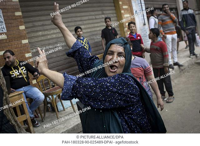 dpatop - An Egyptians woman flashes the victory sign while ululating after voting on the 3rd day of the 2018 Egyptian presidential elections