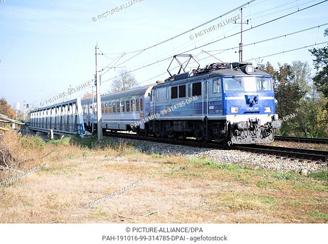 15 October 2019, Poland, Küstrin (kostrzyn): An intercity of the Polish state railway PKP passes a level crossing of the city