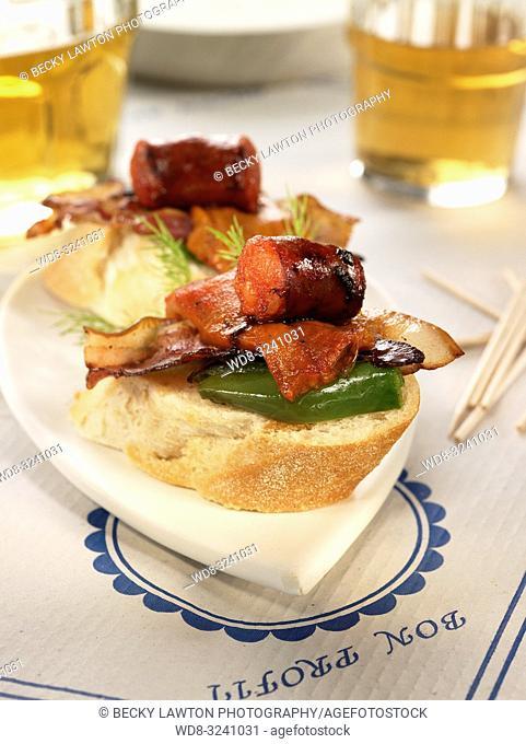 montadito de bacon, chorizo, pimiento verde, pimiento del piquillo y huevo de codorniz