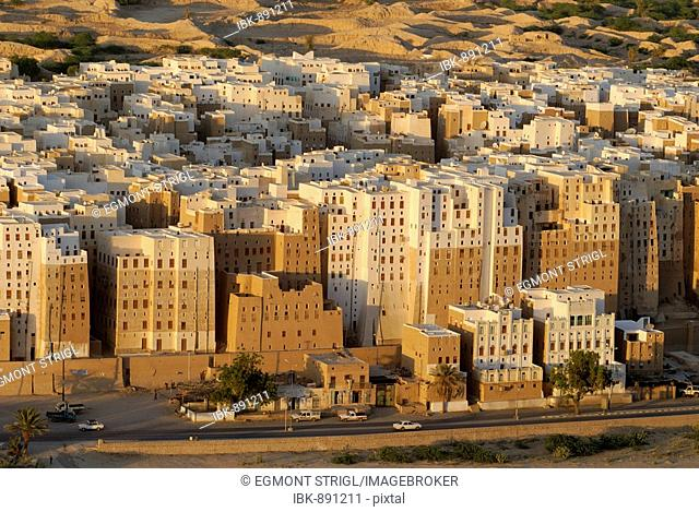 View over the historic city centre of Shibam, UNESCO World Heritage Site, Wadi Hadramaut, Yemen, Arabia, Arab peninsula, the Middle East
