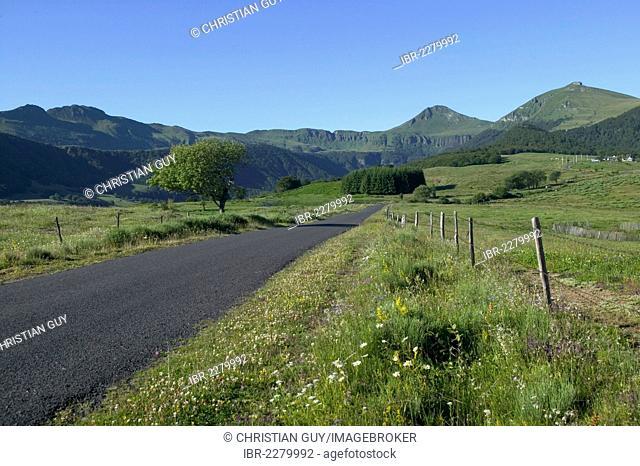 Country road, Cheylade Valley, parc des volcans d'Auvergne, Parc Naturel Regional des Volcans d'Auvergne, Auvergne Volcanoes Regional Nature Park, Cantal