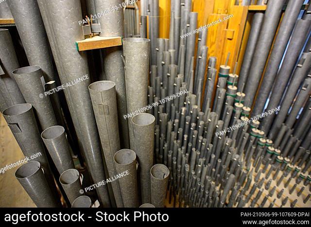 26 August 2021, Saxony-Anhalt, Halberstadt: Pipes inside the baroque organ of Halberstadt Cathedral. The organ was built by organ builder Heinrich Herbst and...