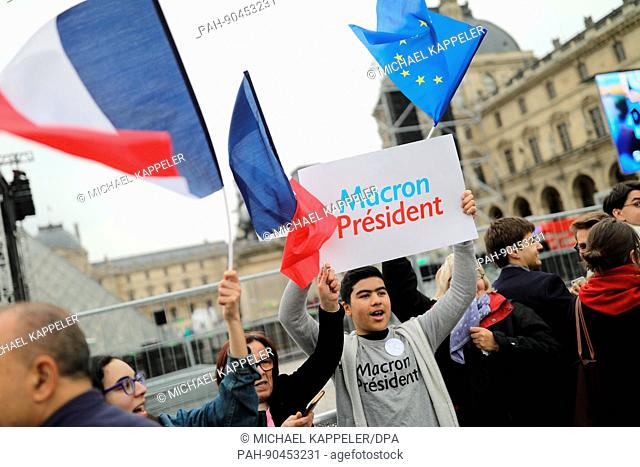 "A Macron supporter holds up a sign reading """"Macron President"""" at the Louvre in Paris, France, 7 MAy 2017. Photo: Michael Kappeler/dpa 