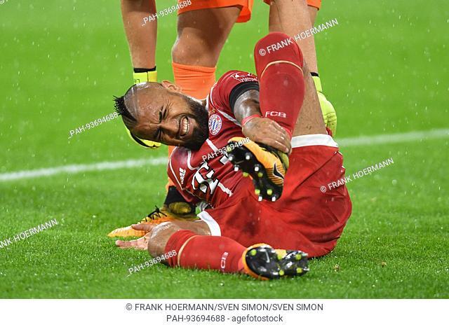 Arturo VIDAL (FC Bayern Munich),verletzt,Verletzung,am Boden, Schmerzen, Aktion,Einzelaktion,Einzelbild, Freisteller,Ganzkoerperaufnahme,ganze Figur