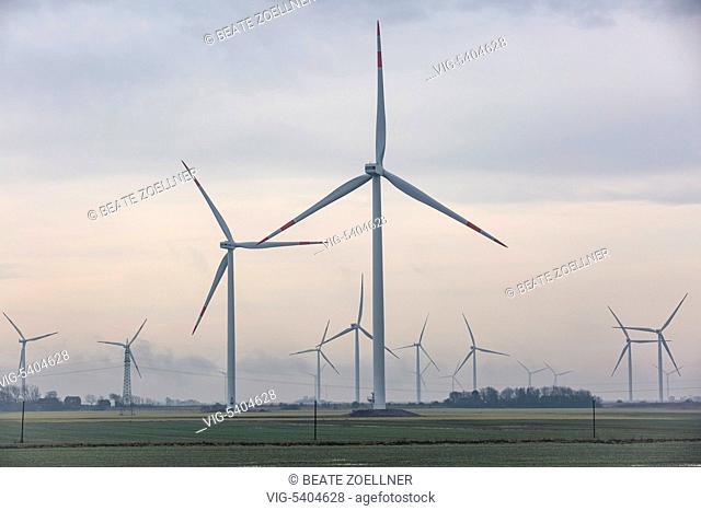 DEUTSCHLAND, NAEHE KLANXBUELL, 25.01.2016, Windraeder stehen in der landwirtschaftlich gepraegten Landschaft Nordfrieslands, dunstig - Naehe Klanxbuell