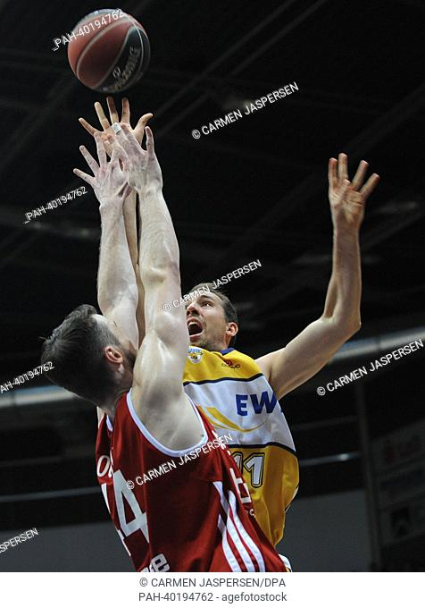 Oldenburg's Adam Chubb (R) tries to stop Bamberg's AJ Ogilvy during the final match of the Bundesliga Basketball Playoffs (Best of 5) between EWE Baskets...