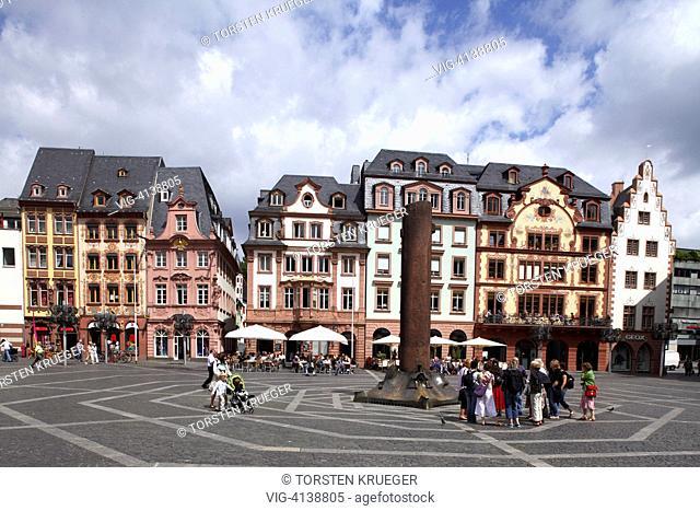 Mainz : Marktplatz mit Nagelsaeule und historischen Haeusern