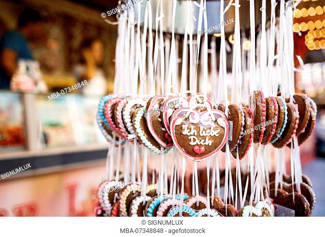Europe, Germany, Hesse, Frankfurt am Main, gingerbread hearts with the inscription 'I love you' at a stall on the Dippemess