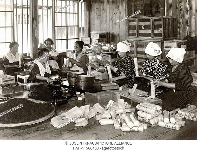 Packing tea. Pictured in the early 1920th. - /Japan