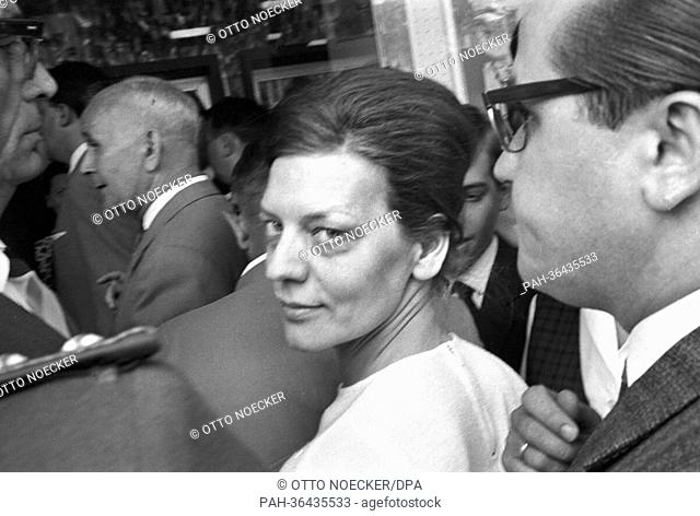 Else Roick, who is under suspicion of murder, is on the way to the practice in Gelsenkirchen in the context of the on-site inspection on 19 July 1963