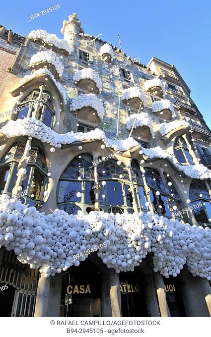 Christmas decoration. Casa Batlló, passeig de Gracia 43 built in 1877 and remodeled by Antoni Gaudí and Josep Maria Jujol in 1904-1906. Barcelona