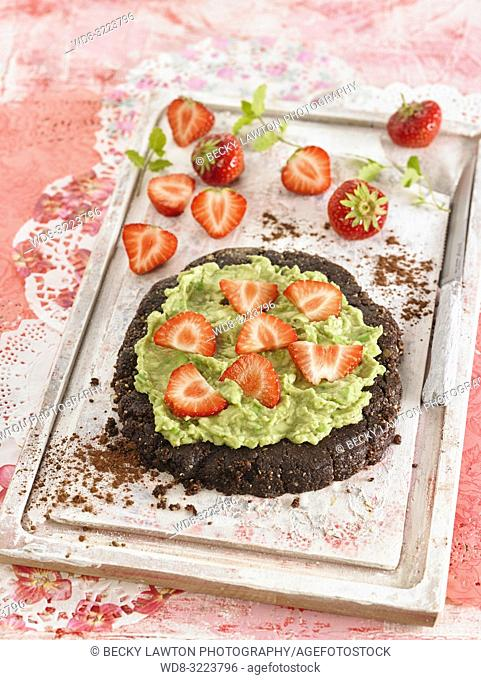 pastel de chocolate con fresas / chocolate cake with strawberries