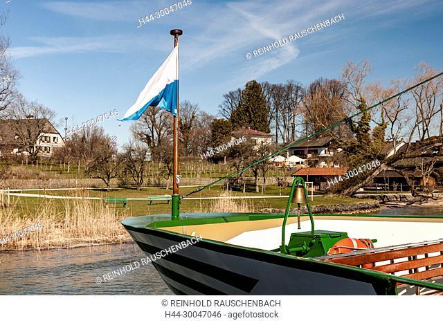 Bootshäuser am Hauptsteg auf Frauenchiemsee, dahinter das Ostufer des Sees