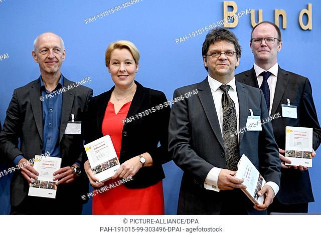 15 October 2019, Berlin: Ulrich Schneekloth (l-r), social scientist, Franziska Giffey (SPD), Federal Minister for Family Affairs, Senior Citizens