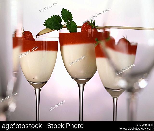 Quark and yoghurt cream with strawberries