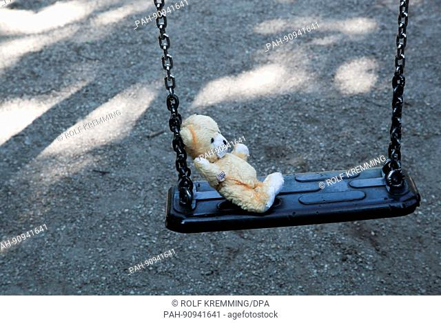 Scene playground. Care before pedophile and baby snatchers. Child swing with a Plüschteddy. 5/22/2017 | usage worldwide. - Berlin/Germany