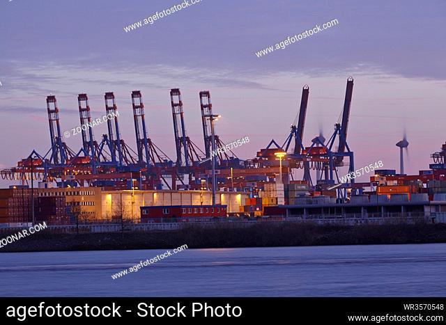Containerterminals und Kräne im Hamburger Hafen bei Abenddämmerung am 8. Februar 2015 fotografiert