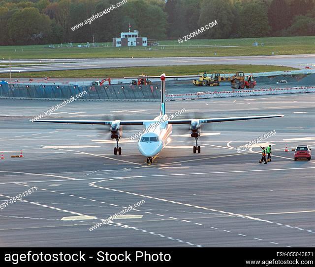 Flugzeug Abfertigung an einem Gate beim Hamburger Flughafen Airplane handling at a gate at Hamburg airport