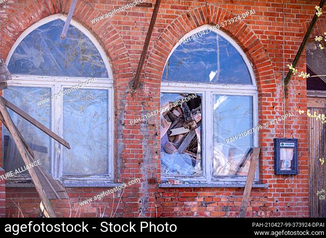 20 April 2021, Mecklenburg-Western Pomerania, Malliß: Partly without a roof and with collapsed walls stands the building of the former restaurant...