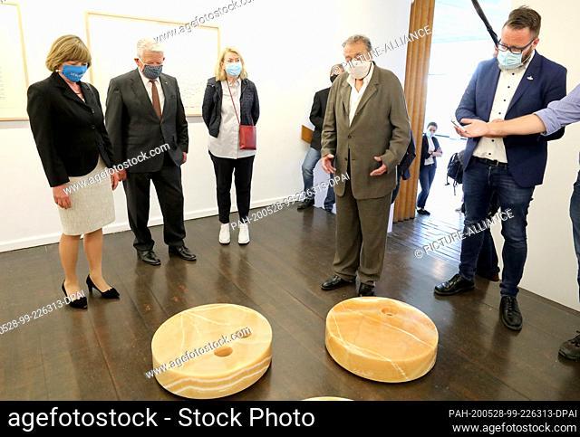 28 May 2020, Mecklenburg-Western Pomerania, Rostock: Daniela Schadt (l-r), wife, Joachim Gauck, former Federal President, Christine Uecker, wife, Günther Uecker