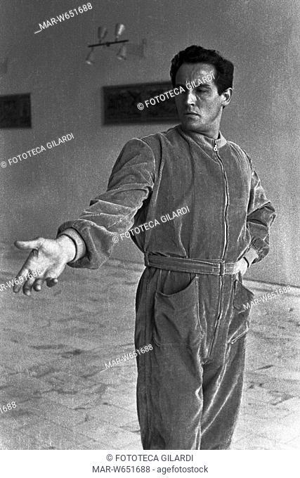GESTI Vittorio Gassman esegue l'interpretazione dei gesti teatrali o -tragiche attitudini- (Morrocchesi): distende il braccio innanzi a sé nel gesto di...