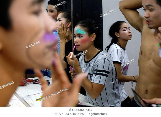 Phare Ponleu Selpak. Make-up before a performance in Battambang