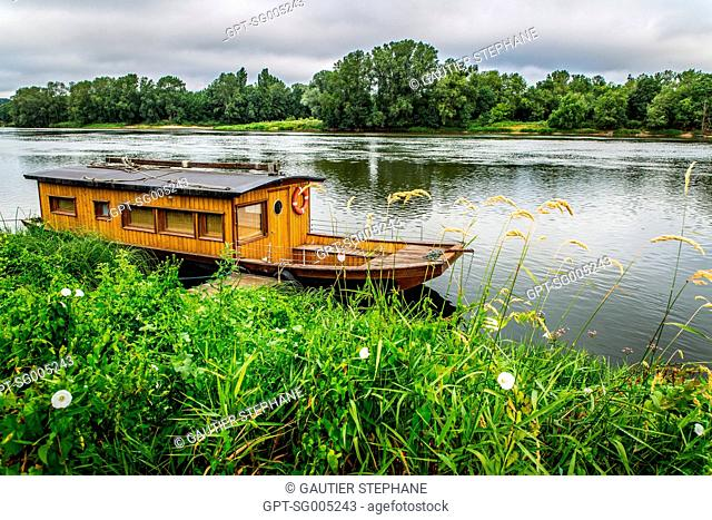 OFFBEAT ACCOMMODATIONS, BARGE CABIN ON THE LOIRE, LA CHAPELLE AUX NAUX, INDRE ET LOIRE, (37), CENTRE VAL DE LOIRE REGION, FRANCE