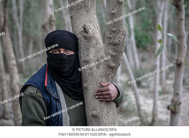 dpatop - A picture provided on 30 May 2018 shows Yemeni farmer Ahlam Al-Alaya, 35, posing for a picture in her land farm during an interview with dpa in the...