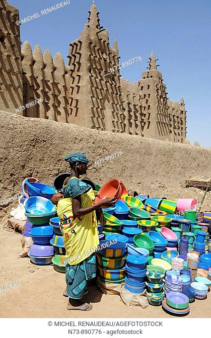 Monday market in front of the Mosque of Djenne. Mali
