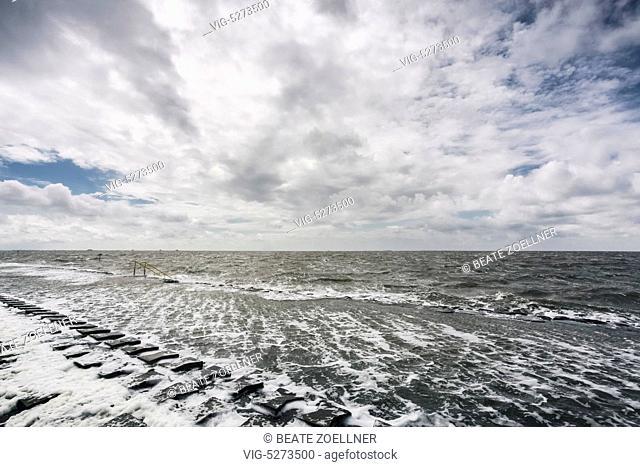 Kraeftiger Wind pustet bei Flut das Nordseewasser ueber die Kueste der Hamburger Hallig. Links im Bild die Leiter zur Badestelle - 23/06/2013