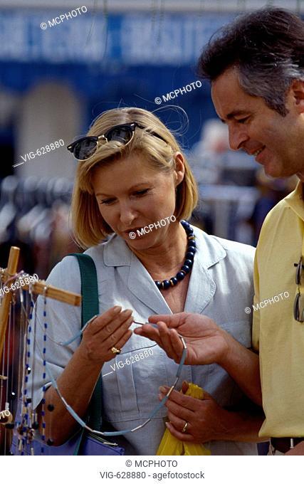 Spanien, Ibiza, Paar beim Shopping - Ibiza, Balearen, Spanien, 27/07/2002
