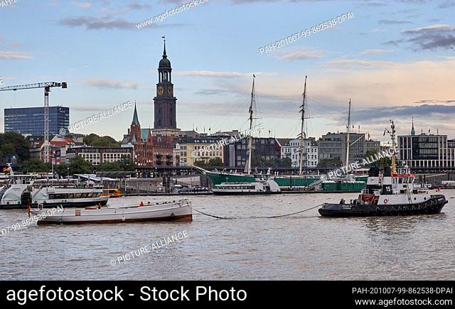 """07 October 2020, Hamburg: Pilot schooner """"""""No.5 Elbe"""""""" is towed up the Elbe by the tug """"""""Bugsier 15"""""""" into the Hansa harbour"""