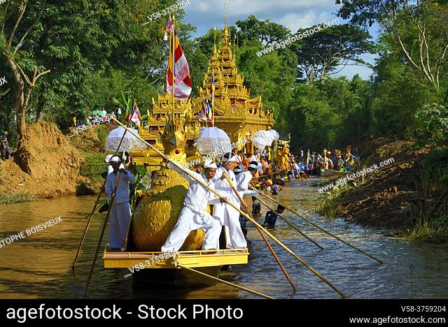 Myanmar, Shan State, Inle Lake festival, Procession of the royal barge halfway between In Phaw Khone and Yethar villages