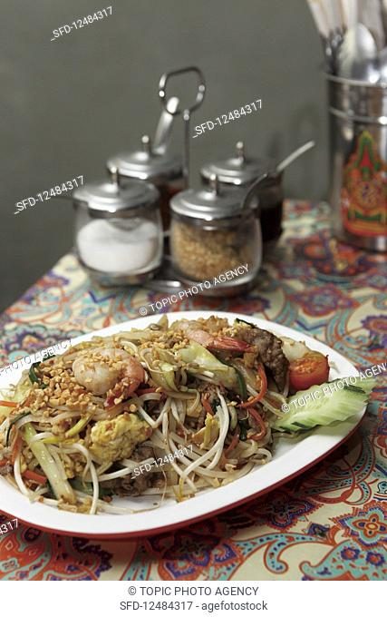 Phat Thai (Thai noodle dish with shrimps)