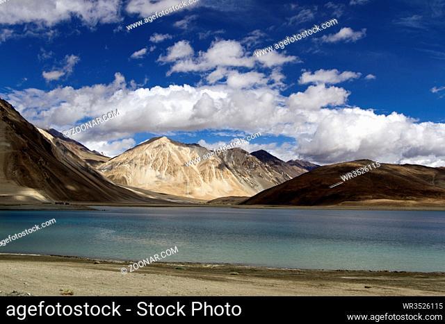 Wolkenhimmel am Pangong See in Ladakh, Indien