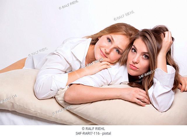 Zwei liegende attraktive junge Frauen