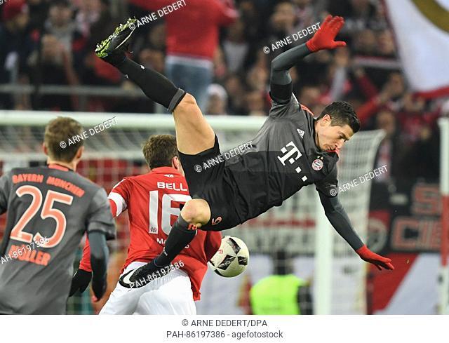 Munich's Robert Lewandowski (C) attempts to get the ball while teammate Thomas Mueller looks on in the Bundesliga soccer math between 1